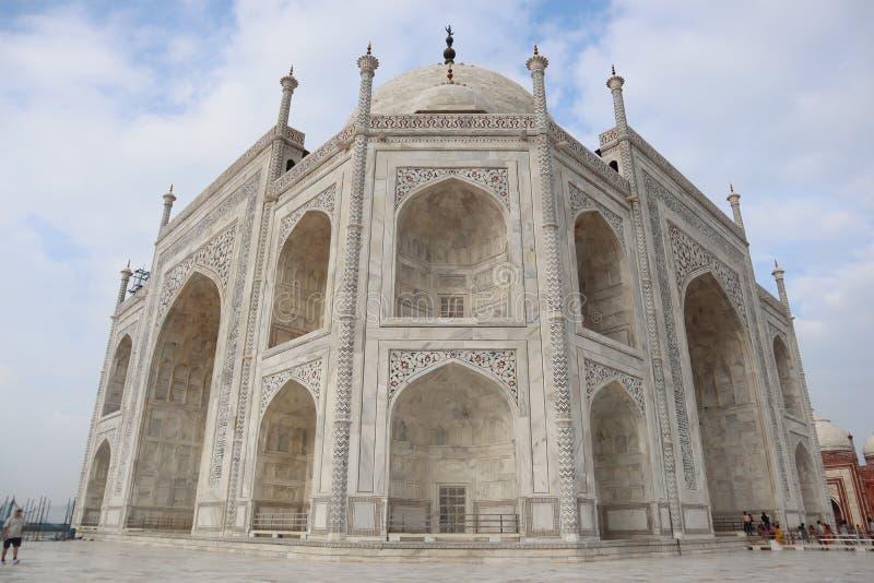 Taj Mahal ?r en vitmarmormausoleum p? banken av den Yamuna floden i den Agra staden, det Uttar Pradesh tillst?ndet - bild arkivbild