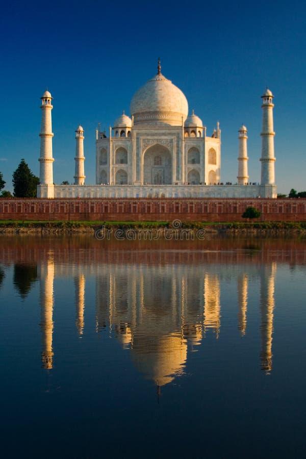 Taj Mahal reflejado en el río fotos de archivo