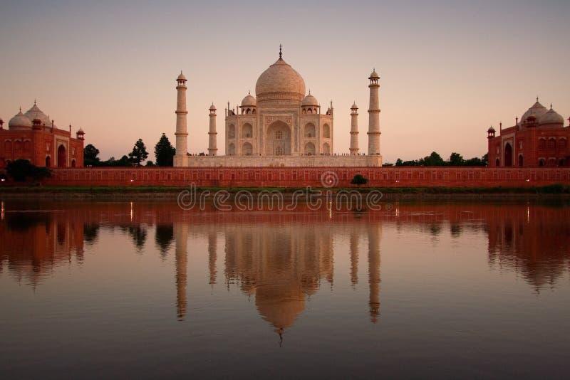Taj Mahal reflejado en el río foto de archivo