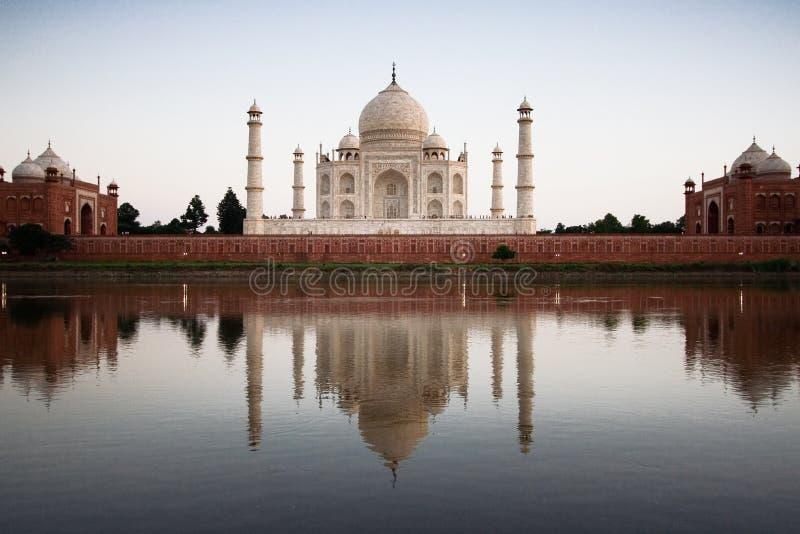 Taj Mahal reflejado en el río a imagen de archivo libre de regalías