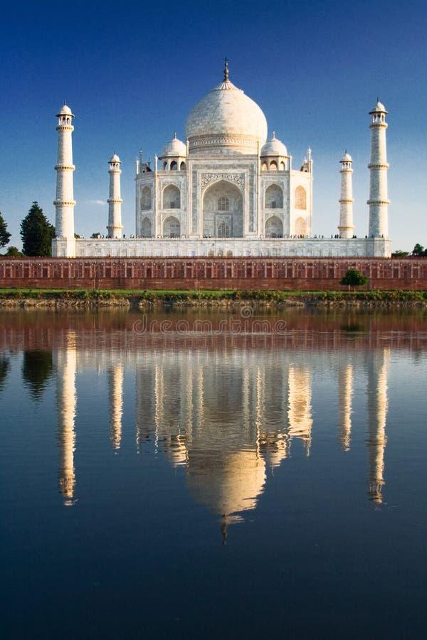 Taj Mahal reflejado en el río a fotografía de archivo libre de regalías