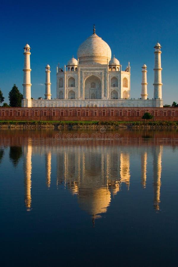 Taj Mahal reflektiert im Fluss lizenzfreie stockbilder