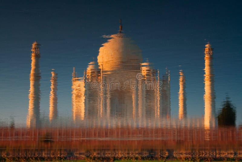 Taj Mahal refletido no rio imagem de stock