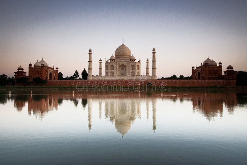 Taj Mahal refletido no rio a fotos de stock
