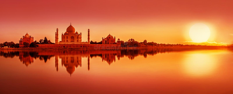 Taj Mahal tijdens zonsondergang in Agra, India stock foto