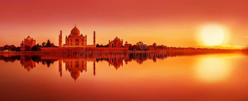 Taj Mahal under solnedgång i Agra, Indien