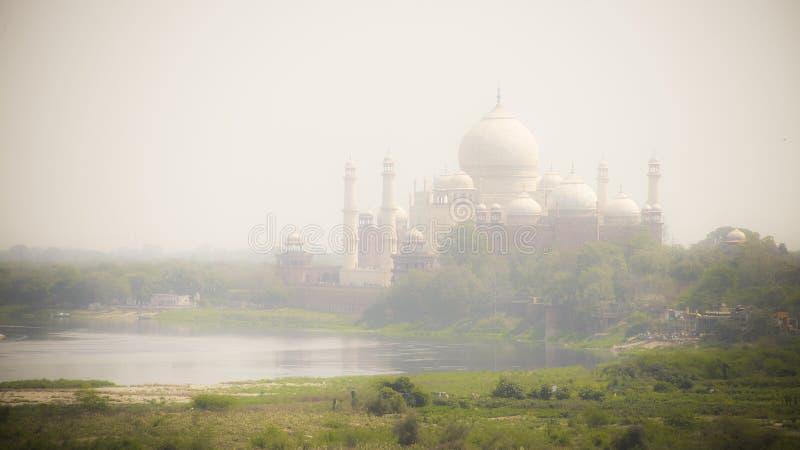 Taj Mahal wśrodku mgłowego chociaż rzeki strona zdjęcie royalty free