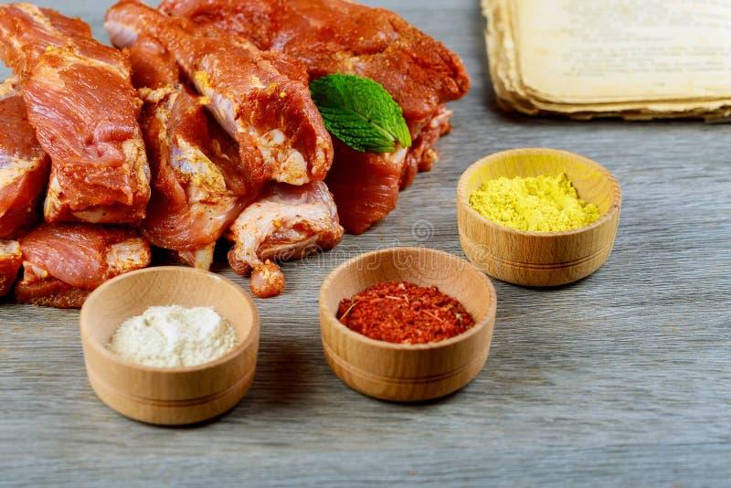 Tajada cruda fresca con las costillas de cerdo frescas de las especias, carne del hombro de cerdo adobada y preparada imagenes de archivo