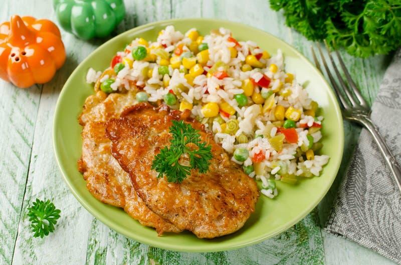 Tajadas del pollo con arroz y verduras fotografía de archivo libre de regalías