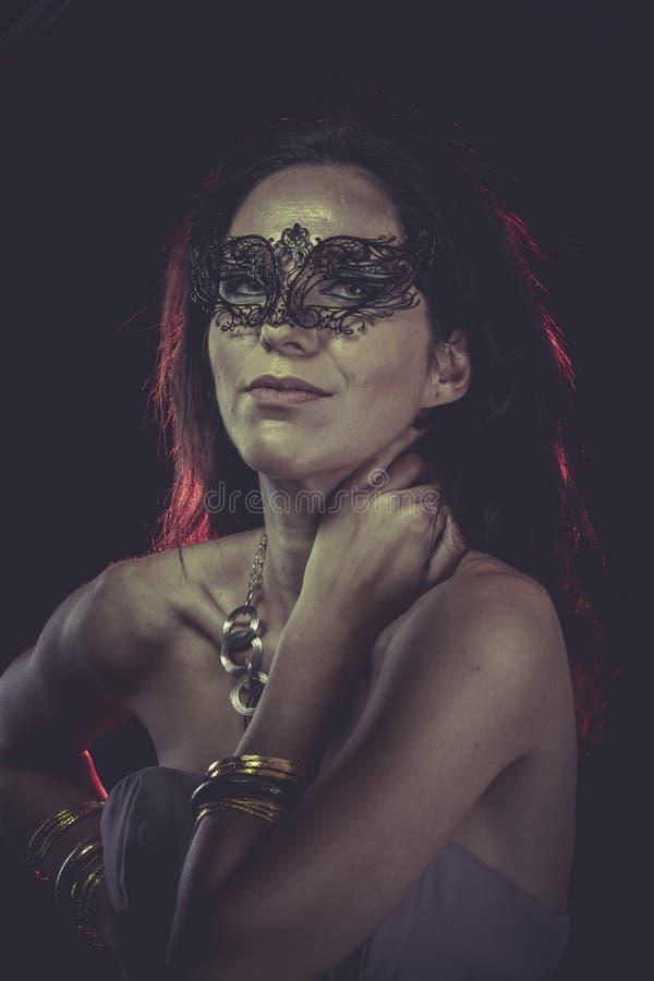 Tajemnica, Boudoir, zmysłowa zamaskowana kobieta, venetian maska, brunetka obraz royalty free