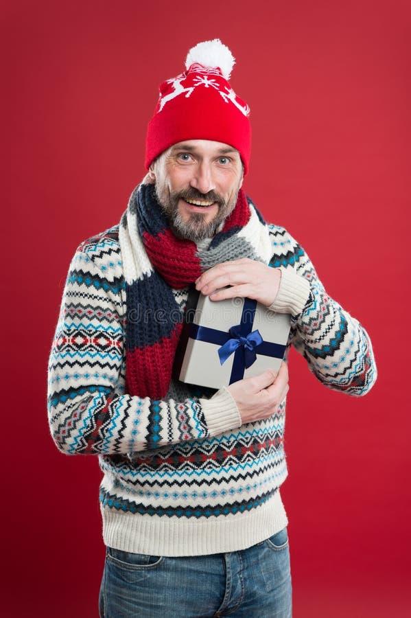 Tajemnica niespodzianka zimowa dojrzały mężczyzna ciepłe dziane ubrania i akcesoria moda na zimę wesoły fotografia stock