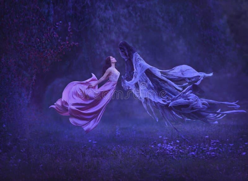 Tajemnicza czarownica tanczy z demonem, zmrok siły w powietrzu, Buziaka dementor Brać daleko od duszę Suknia zdjęcie royalty free