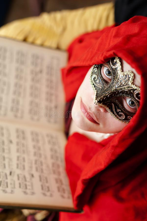 Tajemnicza dama jest ubranym maskę z pięknymi oczami zdjęcia royalty free