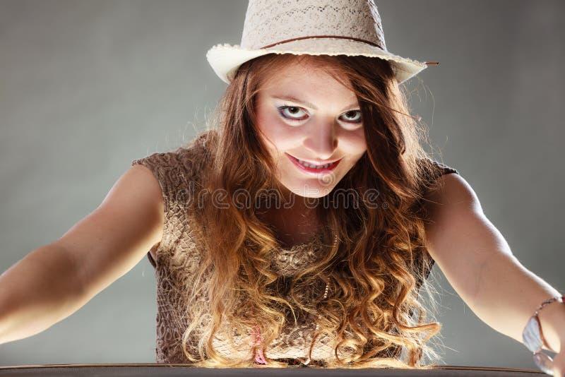 Tajemnicza enigmatyczna intrygująca kobiety dziewczyna w kapeluszu zdjęcia royalty free