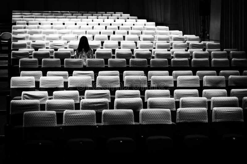 Tajemnicza kobieta, horroru straszna duch kobieta w konwersatorium r scena obraz stock