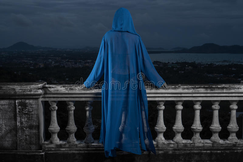 Tajemnicza kobieta nad chmurnym niebem i pejzażem miejskim obraz stock