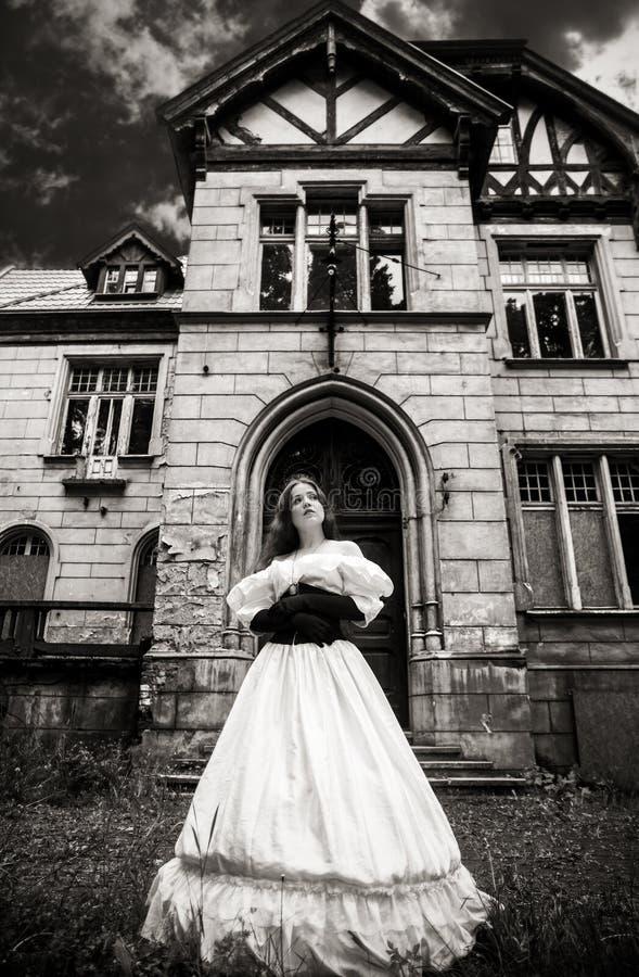 Tajemnicza kobieta w białej wiktoriański sukni zdjęcie royalty free