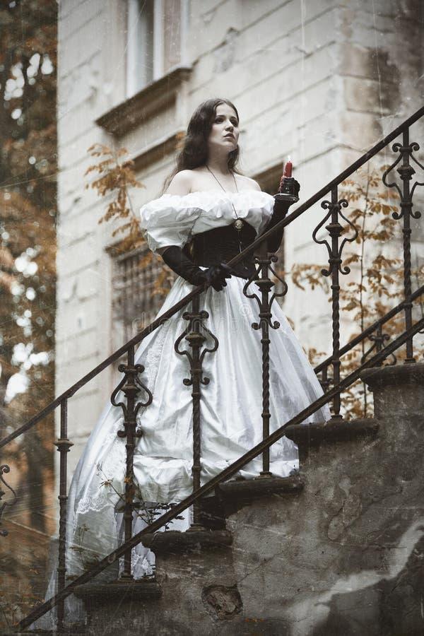Tajemnicza kobieta w białej wiktoriański sukni zdjęcia stock