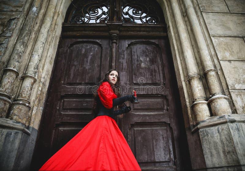 Tajemnicza kobieta w czerwonej wiktoriański sukni obraz royalty free