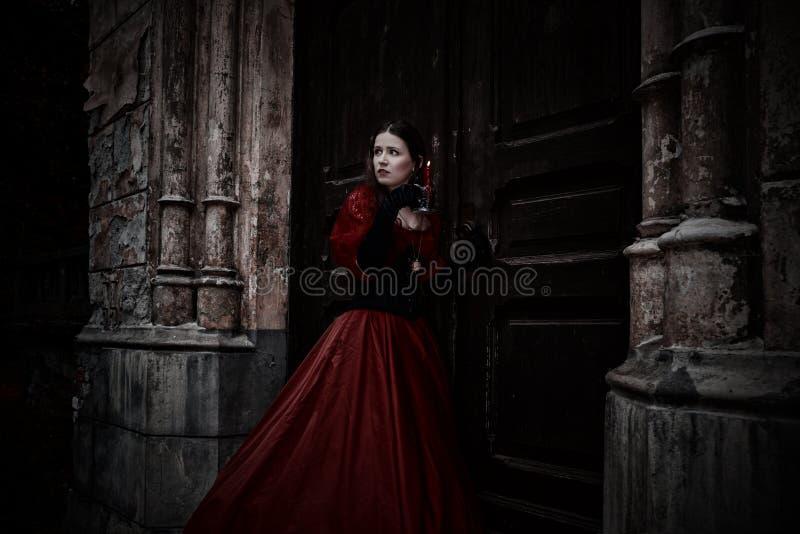 Tajemnicza kobieta w czerwonej wiktoriański sukni zdjęcie royalty free