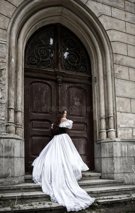 Tajemnicza kobieta w wiktoriański sukni zdjęcie royalty free