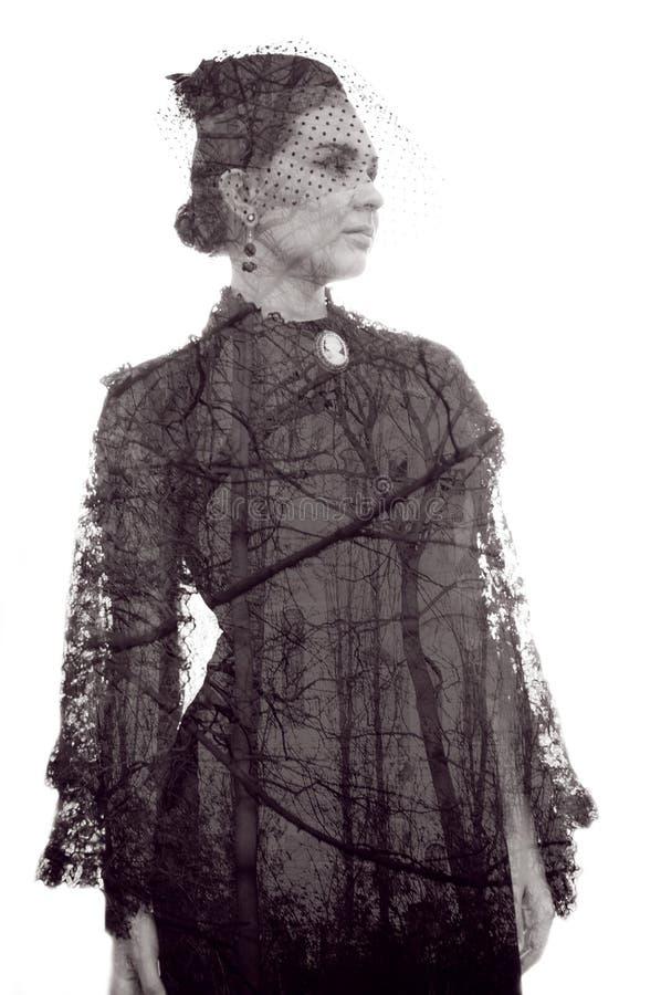 Tajemnicza kobieta w zmroku styl retro wiktoriański obrazy stock