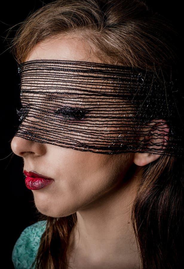 Tajemnicza kobieta z czerni siecią na jej twarzy zdjęcie royalty free