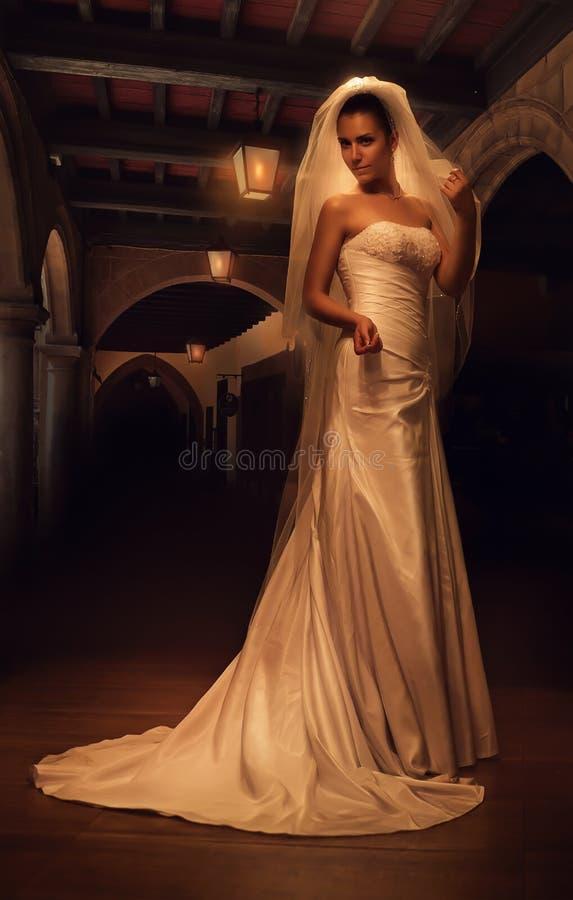 Tajemnicza panna młoda w starym ciemnym wnętrzu obraz royalty free