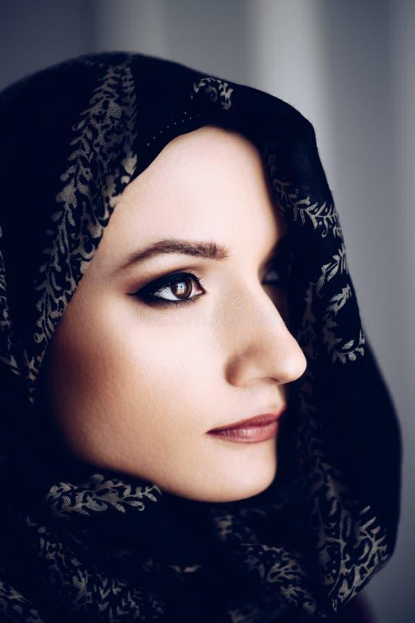 Tajemnicza piękna bliskowschodnia pochodzenie etniczne kobieta fotografia stock