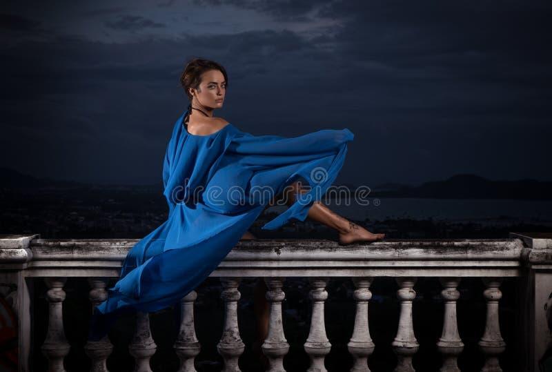 Tajemnicza piękna kobieta nad chmurnym niebem i pejzażem miejskim fotografia royalty free