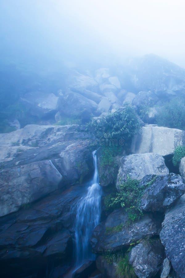 Tajemnicza siklawa w błękitny mglistym obraz stock