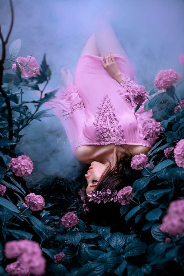 Tajemnicza syrenka w krótkiej mokrej menchii sukni kłama na zimno ziemi fotografia stock