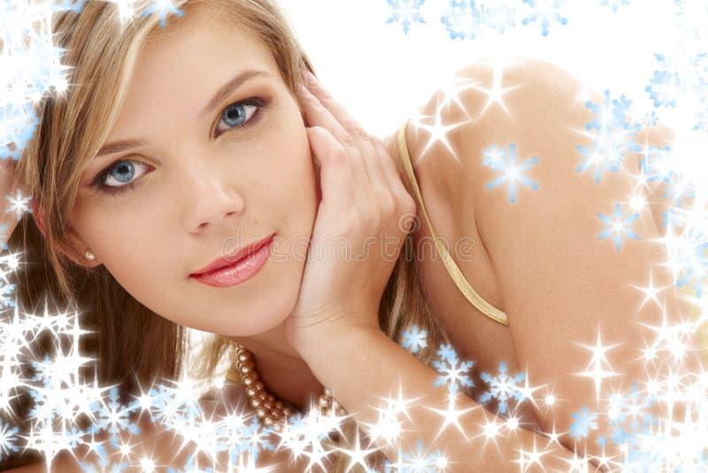 Tajemniczy błękitnoocy blondyny w perłach obrazy stock