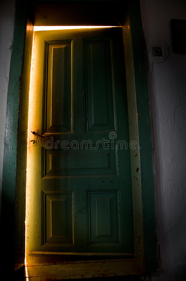 Tajemniczy drzwi z lekkim przybyciem od inside obrazy stock