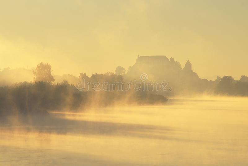 Tajemniczy kasztel W Mgłowej jesieni obrazy stock