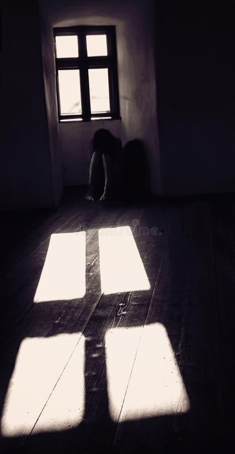 Tajemniczy kobieta duch w starym Przerażającym kasztelu zdjęcie royalty free