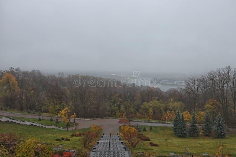 Tajemniczy mgłowy jesień ranek Panorama Kyiv od parka sława park chwała obraz stock