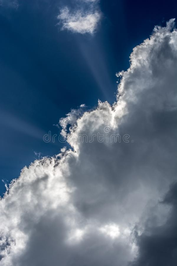 Tajemniczy niebieskie niebo z chmurami i sunbeams obraz stock