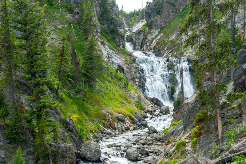Tajemniczy spadki wzdłuż Małej Firehole rzeki, Yellowstone park narodowy fotografia stock