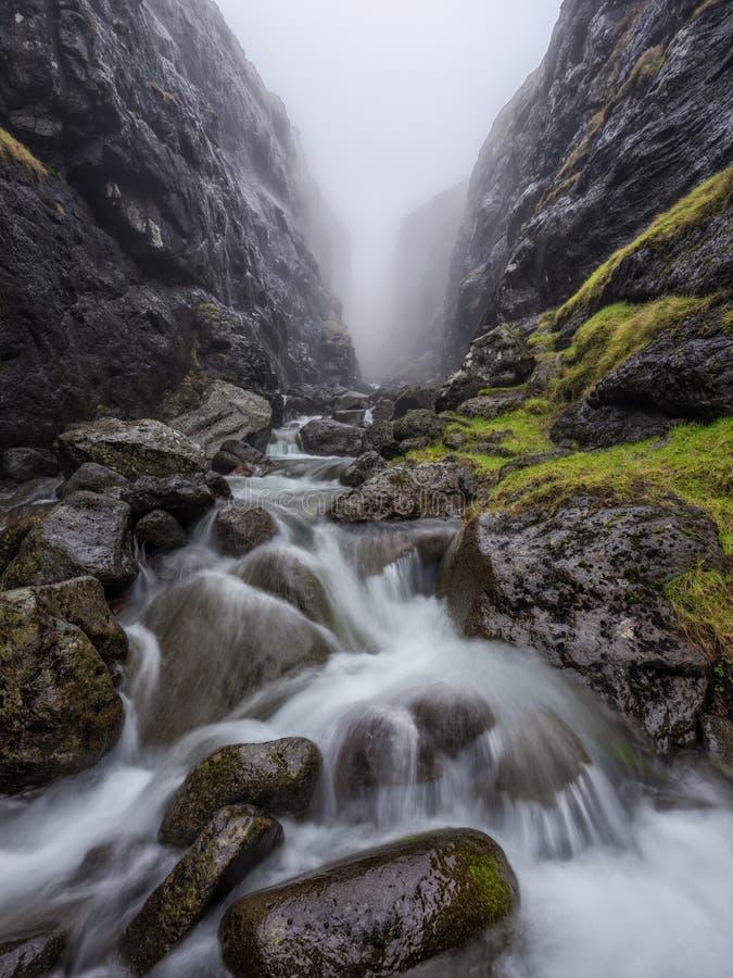 Tajemniczy wąwóz przy Faroe wyspami zdjęcia stock