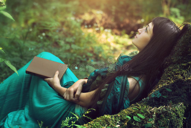 Tajemniczy wizerunek piękna kobieta w drewnach Osamotniona tajemnicza dziewczyna na tle dzika natura Kobieta w poszukiwaniu ona