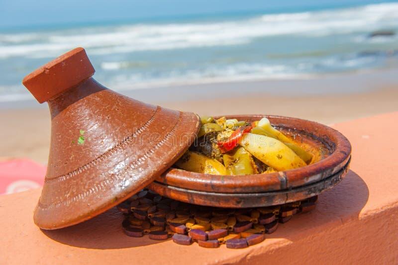 Tajine рыб, традиционная морокканская тарелка стоковое фото rf