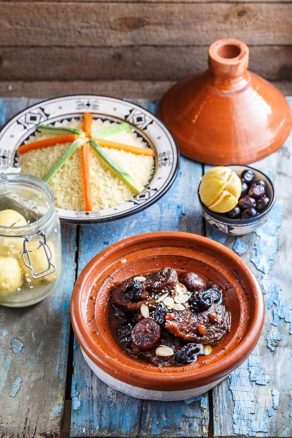Tajine marroquino delicioso com beeef, ameixas secas, passas, figos e amêndoas imagem de stock royalty free