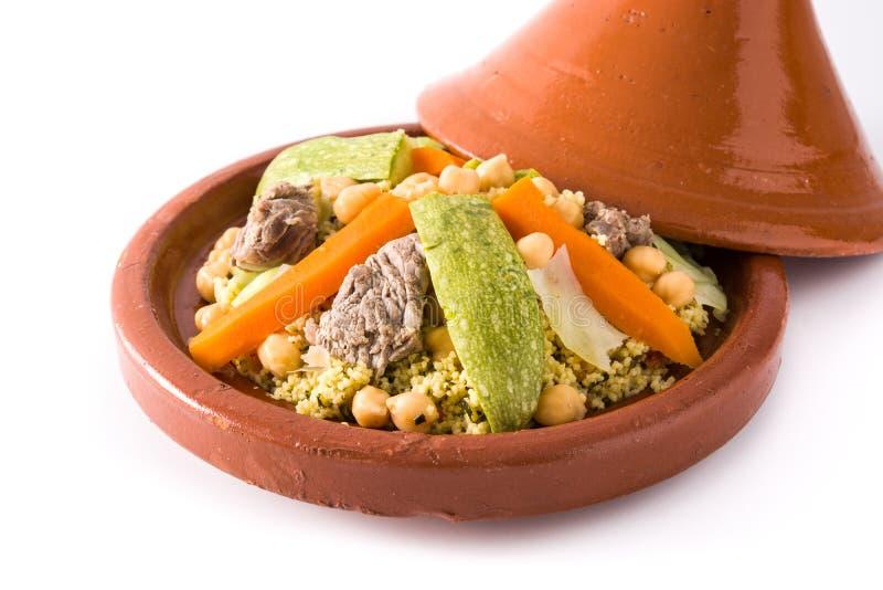 Tajine tradicional con las verduras, los garbanzos, la carne y el cuscús aislados imagen de archivo