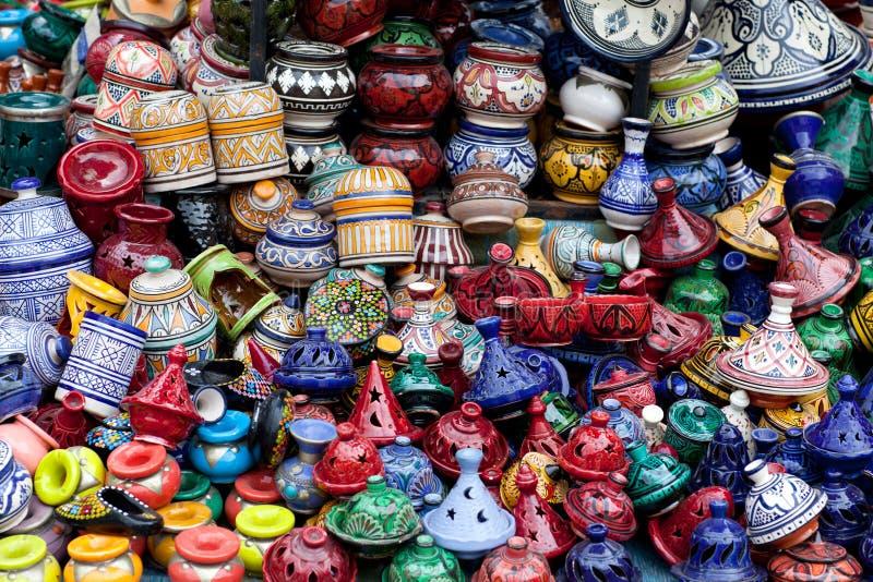 Tajines, placas e potenciômetros feitos no mercado em Marrocos fotos de stock