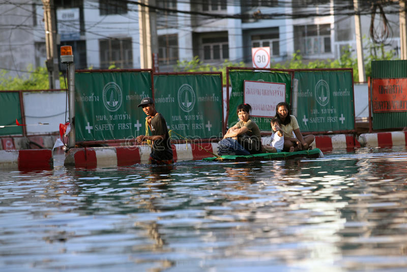 Tajlandia Bangkok, Listopad, - 2011: tutejsi mieszkanowie podczas powodzi dostają pływać w szpitalu zdjęcie stock