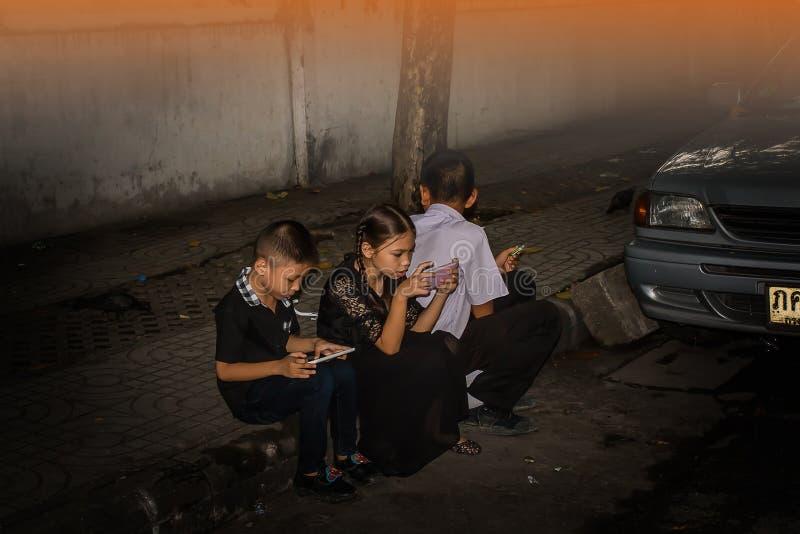 TAJLANDIA BANGKOK, PAŹDZIERNIK, - 4: Jeden dwa dziecko i dziewczyna siedzimy sztukę m zdjęcie royalty free