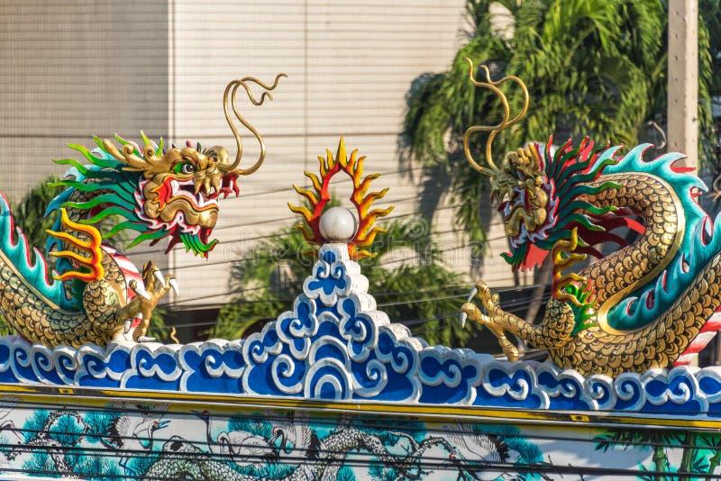 Tajlandia Buddyjskiej świątyni dekoracja dwa walczącego smoka zdjęcie royalty free