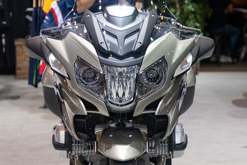 Tajlandia, Dec -, 2018: zamyka w górę kierowniczych światło reflektorów frontowego widoku BMW R RT 1200 motocykl przedstawiający  fotografia royalty free