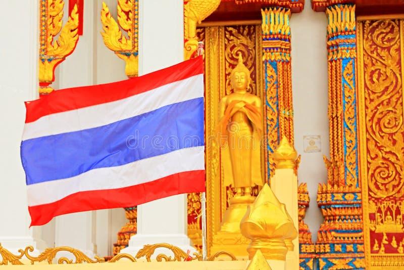 Tajlandia flaga Przy Watem Tham Bucha, Surat Thani, Tajlandia zdjęcie royalty free